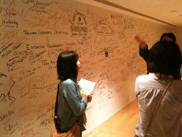 ステージ裏の楽屋エリアの壁面には出演したアーティストのサインでびっしりです。(これは客席のお客様は見ることができないものなのですよ)