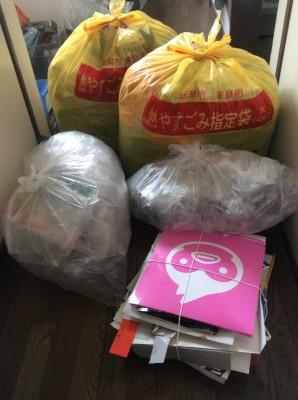 黄色い45Lの燃えるゴミ2袋、透明の30Lのプラゴミ2袋、紙ひもで縛った空き箱。